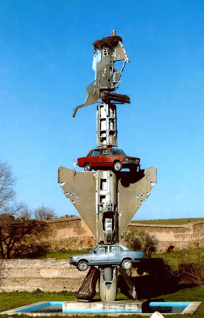"""""""Porqué el proceso entre Pilatos y Jesús duró sólo dos minutos?"""" (1997). Wolf Vostell. Foto Cortesía Museo Vostell Malpartida, Gobierno de Extremadura."""