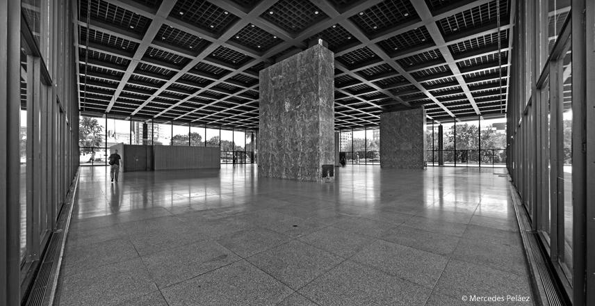 Neue Nationalgalerie de Mies van der Rohe, Berlín. Panorámica de la sala de exposiciones. © Mercedes Peláez.