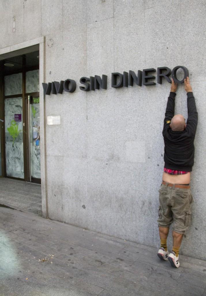 Let's Bank. 2012. Intervención en la fachada de las oficinas bancarias cerradas en Madrid como consecuencia de la crisis económica.