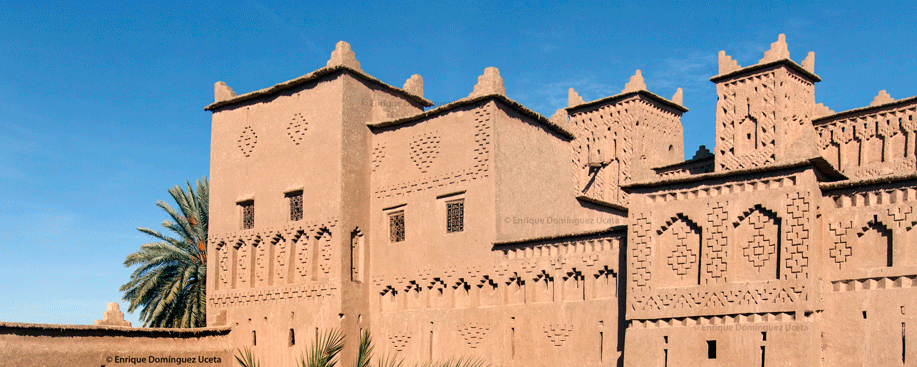 Decoraciones geométricas en la parte alta de las kasbahs del Dadès. © Enrique Domínguez Uceta