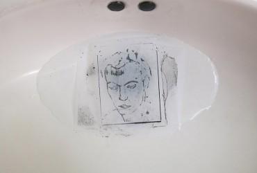 La poética de Óscar Muñoz en los baños de La Tabacalera