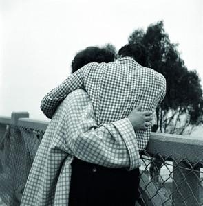 Sin título. Pareja abrazada con ropa de cuadros, 1960 © Vivian Maier.