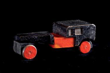 Coche rojo y negro, 1917-1919,  por Torres-García. Juguete de madera pintada. Colección particular, Barcelona.