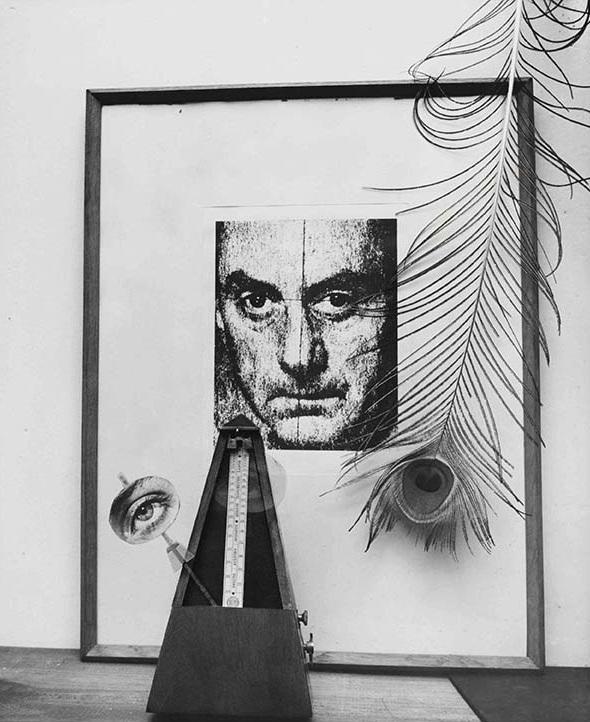 Autorretrato con pluma de pavo real y metrónomo, c. 1960, por Man Ray. Collage fotográfico, plata en gelatina sobre papel.