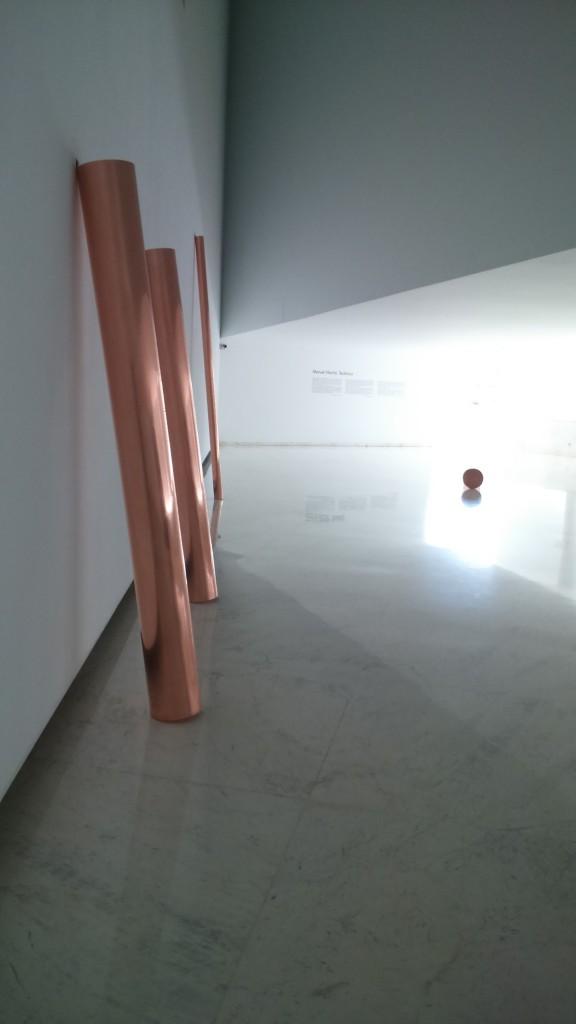 Celda, 2005, por Manuel Vilariño. Arriba, Satori, 2005, por Manuel Vilariño.