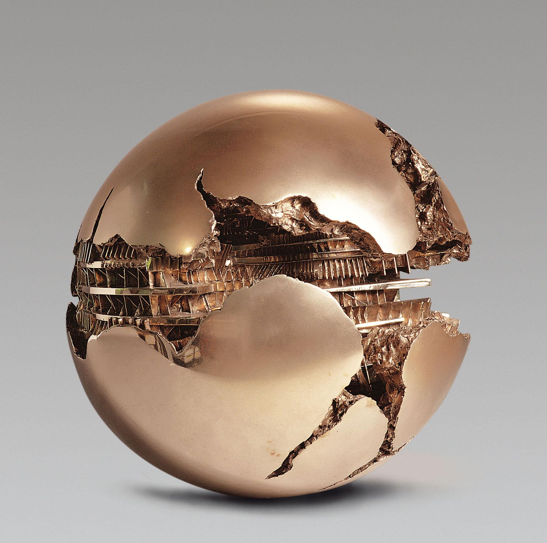 Esfera n.º 3, de Arnoldo Pomodo. Foto: Aurelio Barbareschi.