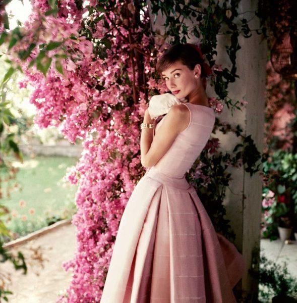 Audrey-Hepburn-fotografiada-por-Norman-Parkison-para-la-revista-Glamour-1955.-Norman-Parkinson-Ltd-Cortesía-del-Norman-Parkinson-Archive..jpg