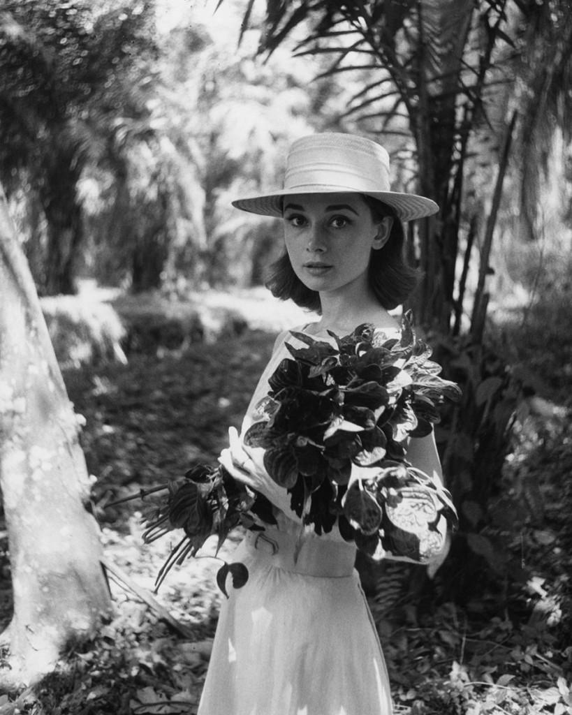 Audrey Hepburn retratada en África en 1958 durante el rodaje de 'Historia de una monja' (© Leo Fuchs)