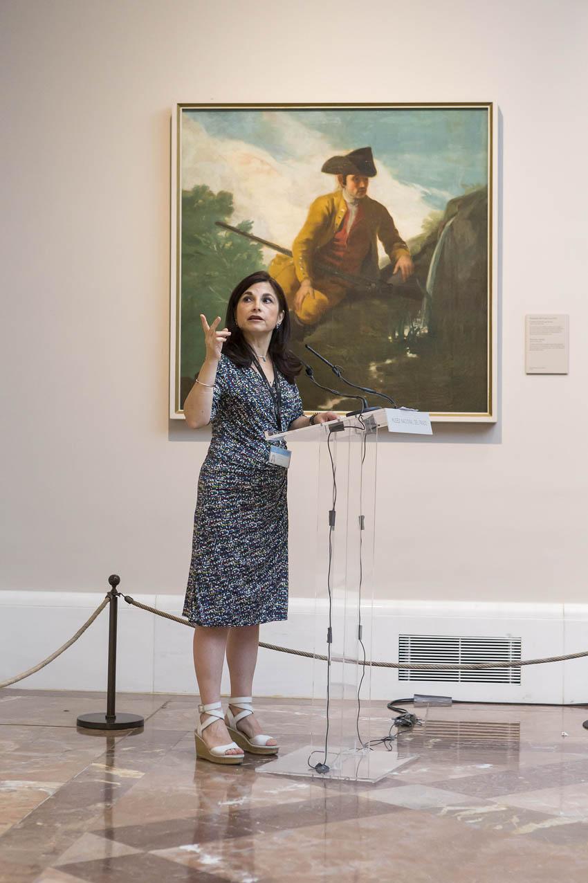 Almudena Sánchez junto al cartón para tapiz de Goya, Cazador al lado de una fuente, 1786-1787, Madrid, Museo del Prado.