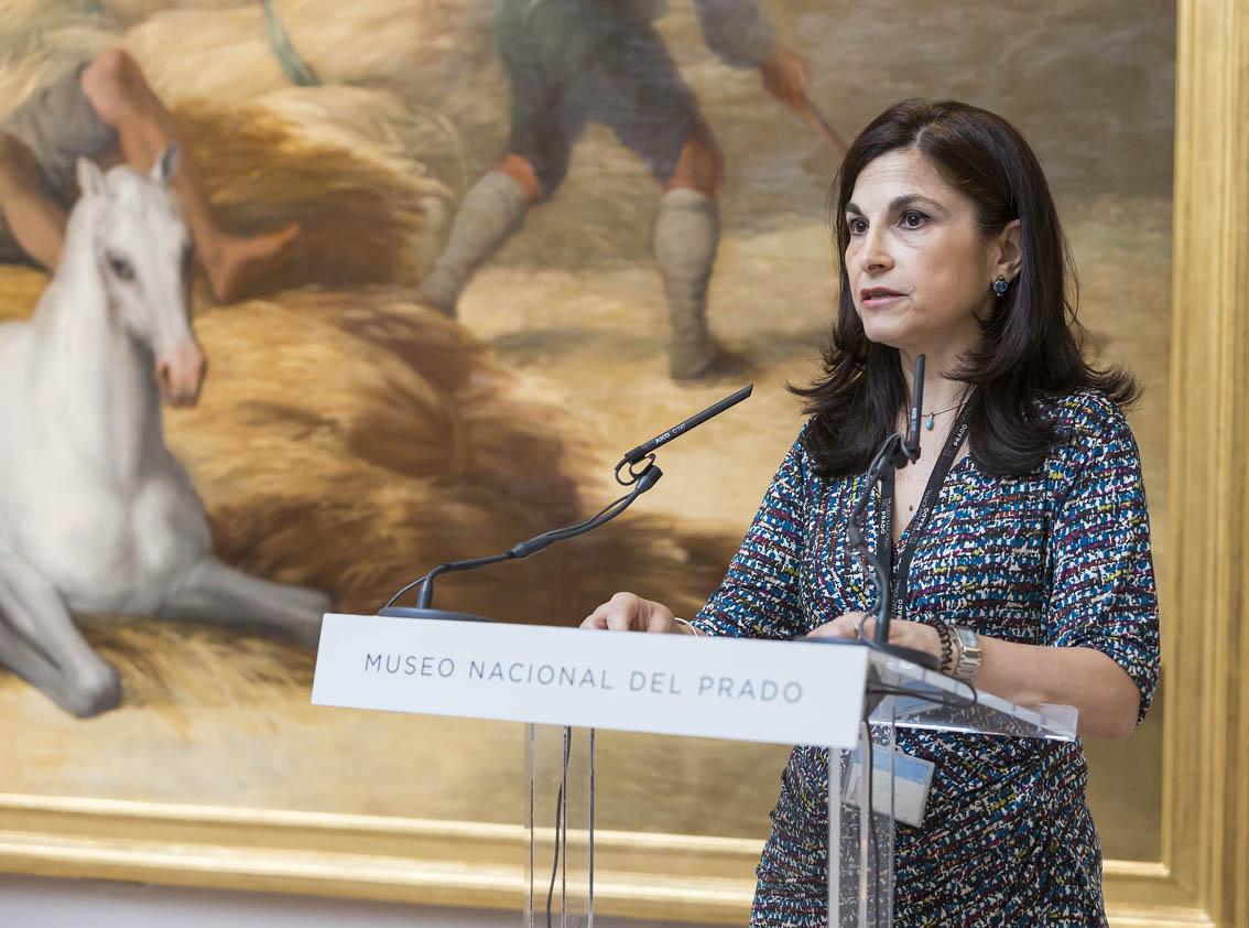 Almudena Sánchez junto a La Era, donde se puede apreciar el nuevo marco diseñado expresamente en estilo Luis XVIII.