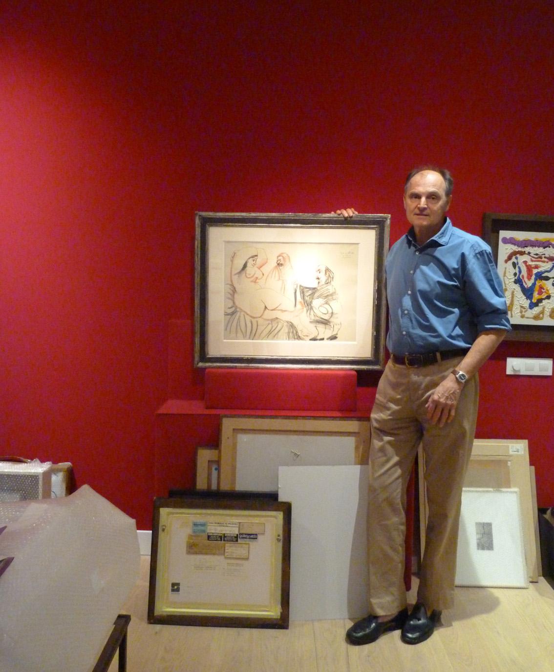 El galerista Guillermo de Osma junto a uno de los dibujos de Picasso que expondrá a partir del 10 de septiembre.