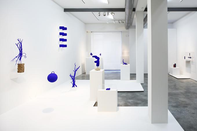 Vista de la exposición Yves Klein, íntimo, en la galería Cayón.