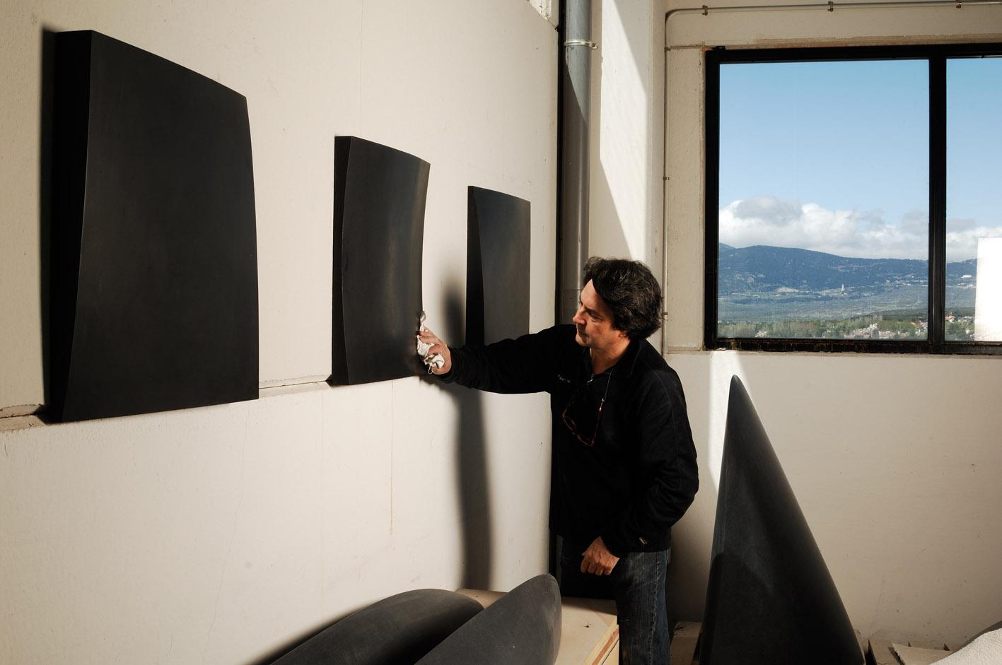 Juan Asensio en su taller. Todas las imágenes, cortesía de la galería Elvira González.