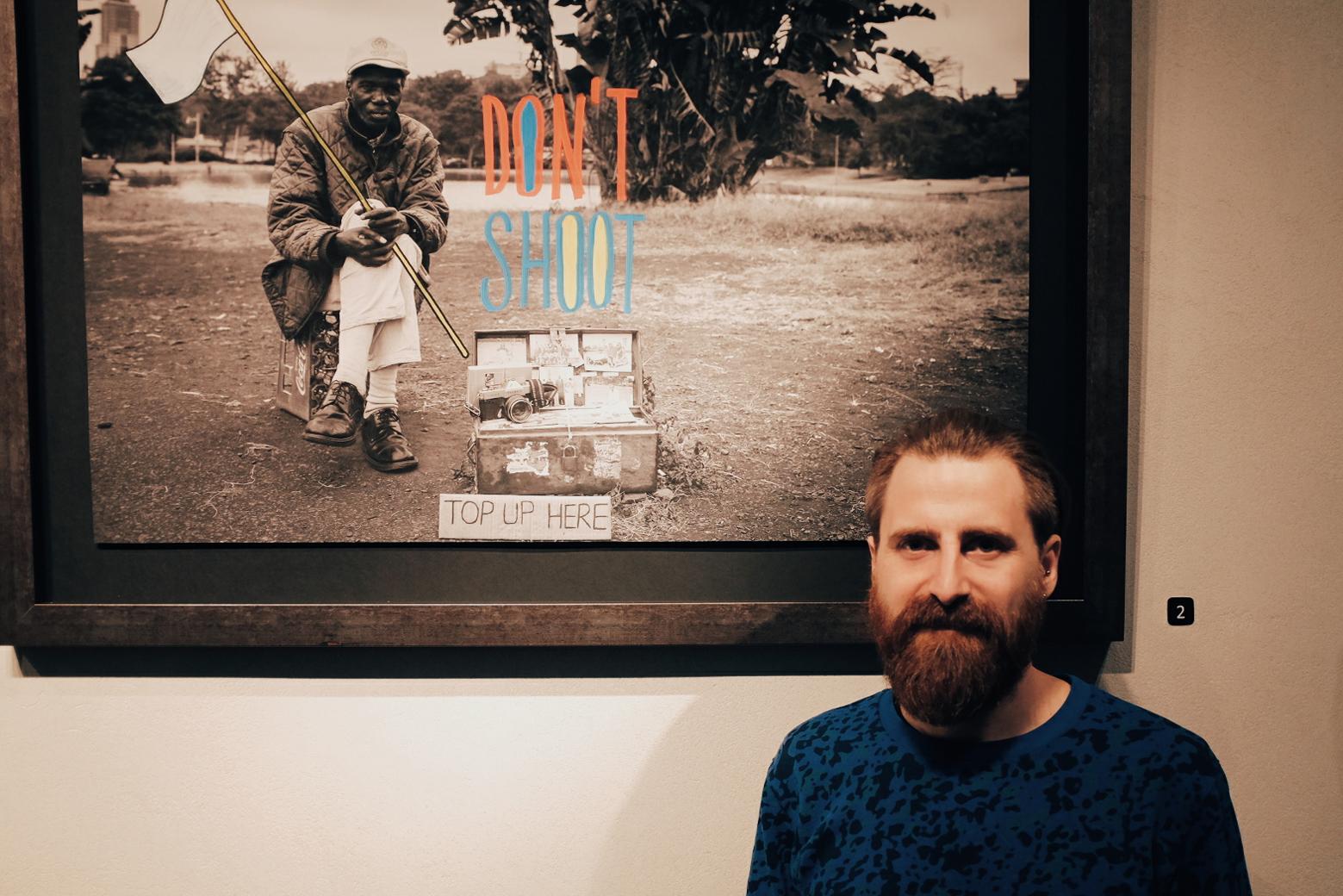 Rafa junto a una de las fotos intervenidas de Ivan Lieman.