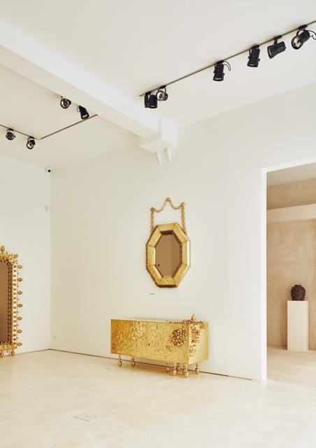 Vista de la exposición en la galería Machado-Muñoz con la colección de mobiliario en la primera sala y la de cerámica al fondo. Fotografía: Gonzalo Machado.