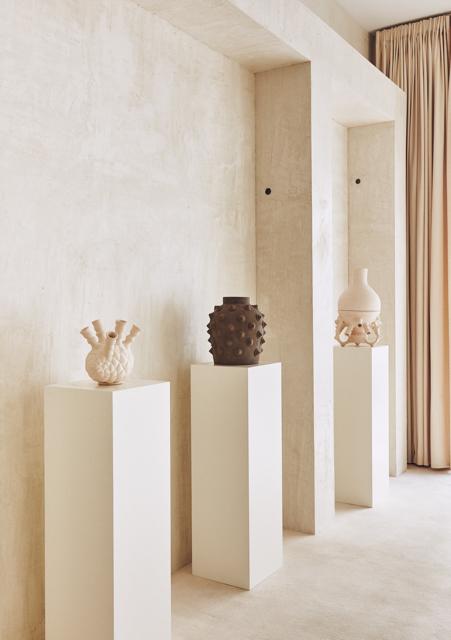 Vista de la sala de la galería Machado-Muñoz con la colección de cerámicas de Von Pelt. Fotografía: Gonzalo Machado.