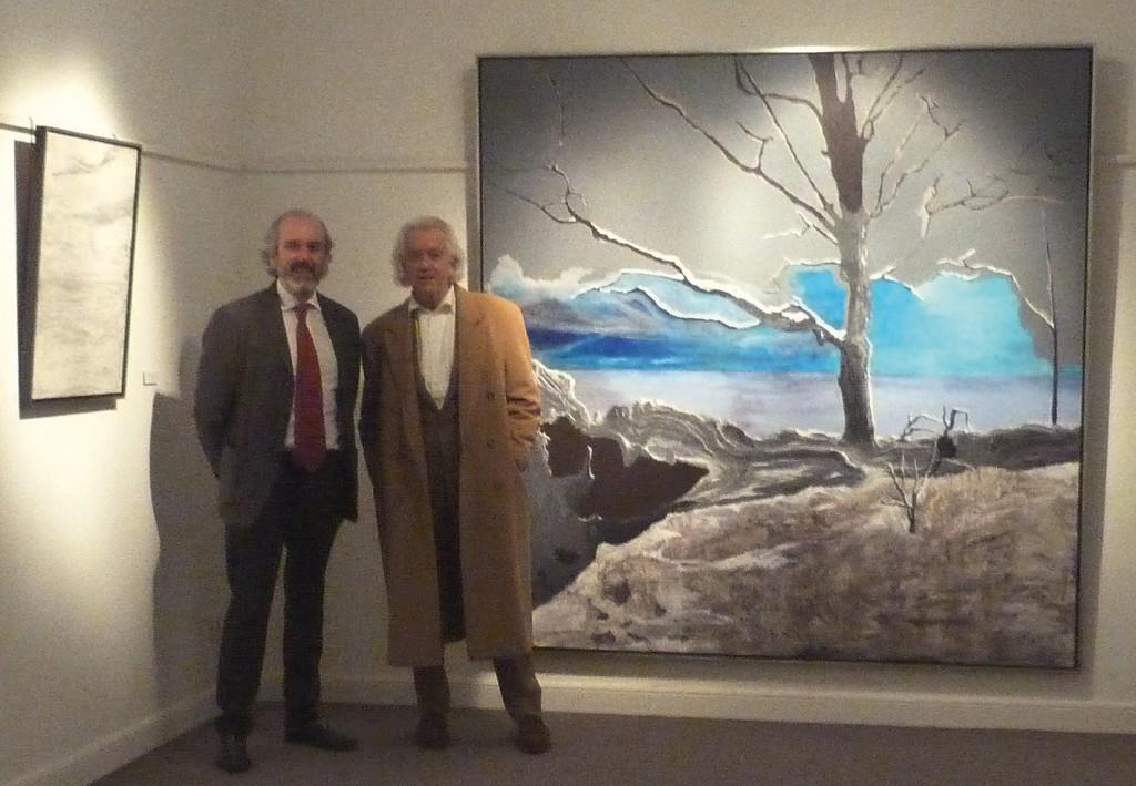 """Íñigo Navarro (izda.) y Jorge Castillo (dcha.) junto a """"El escondrijo"""", 2014-15, acrílico sobre lienzo, 200 x 200 cm."""