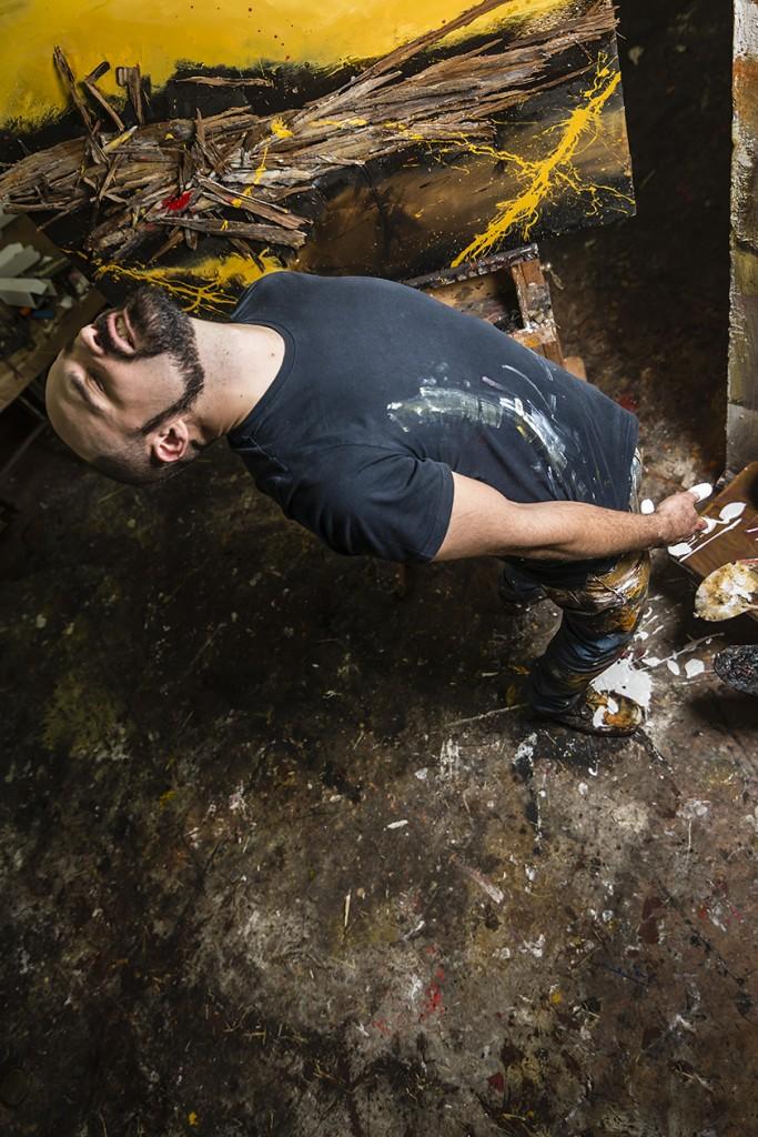El artista Marcos Tamargo en su taller. Arriba, Safari Njema, 100 x 100 cm, técnica mixta sobre tabla.