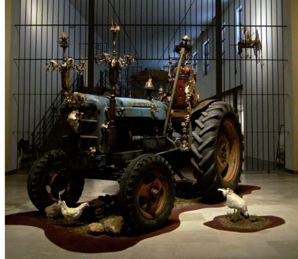 El tractor que recibe al visitante en la galería central. Arriba, El rey que soñaba republicano.