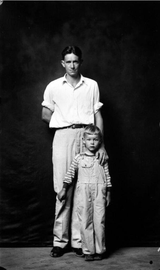 Dean Crawford e Hijo, de Heber Springs Portraits, por Mike Disfarmer, 1939-46, 45 cm x 34 cm.