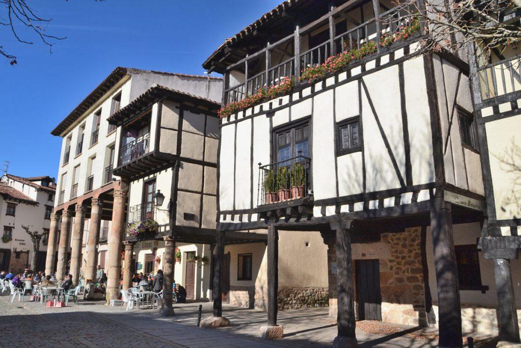 Conjunto urbano de Covarrubias (Burgos). Arriba, colegiata de San Cisme y san Damián en la misma localidad.