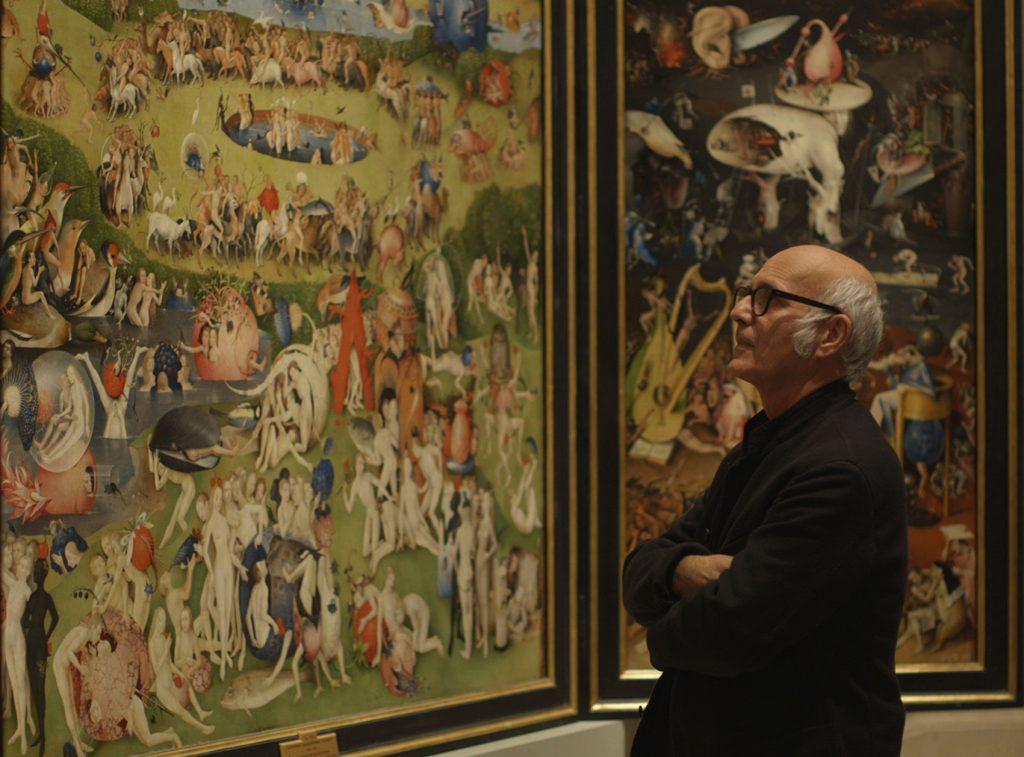 Ludovico Einaudi junto a El jardín de las delicias en un fotograma del documental El jardín de los sueños de José Luis López-Linares.