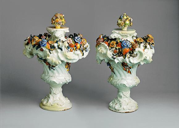 Jarrones ornamentales, segunda época de Alcora (1749-86), cerámica, Colección Banco de Santander.