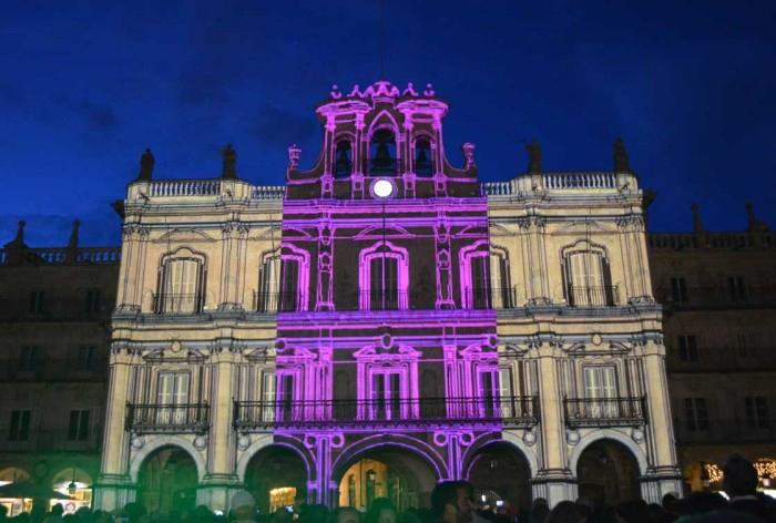 Sobre la fachada del Ayuntamiento de la Plaza Mayor, la proyección de Zoes, una de las obras a concurso.
