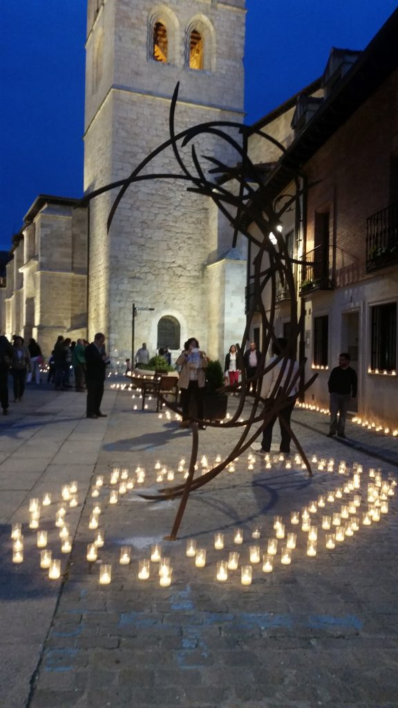 Una de las esculturas de cuatro metros en la noche de la inauguración. Arriba, Mar Solis junto a una de sus piezas que se exhiben en el centro histórico de Aranda Duero.