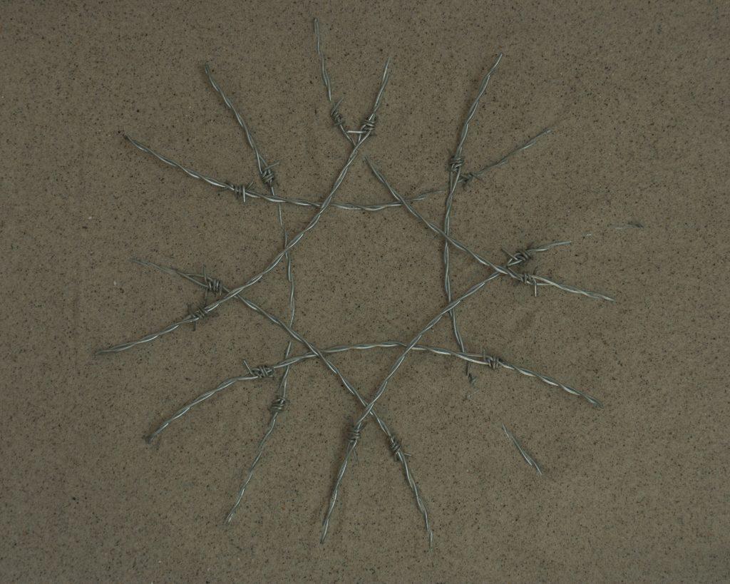Instalación de alambre en la arena de una de las playas del norte de Marruecos, de día, fotografía, día 7, 40 x 50 cm.