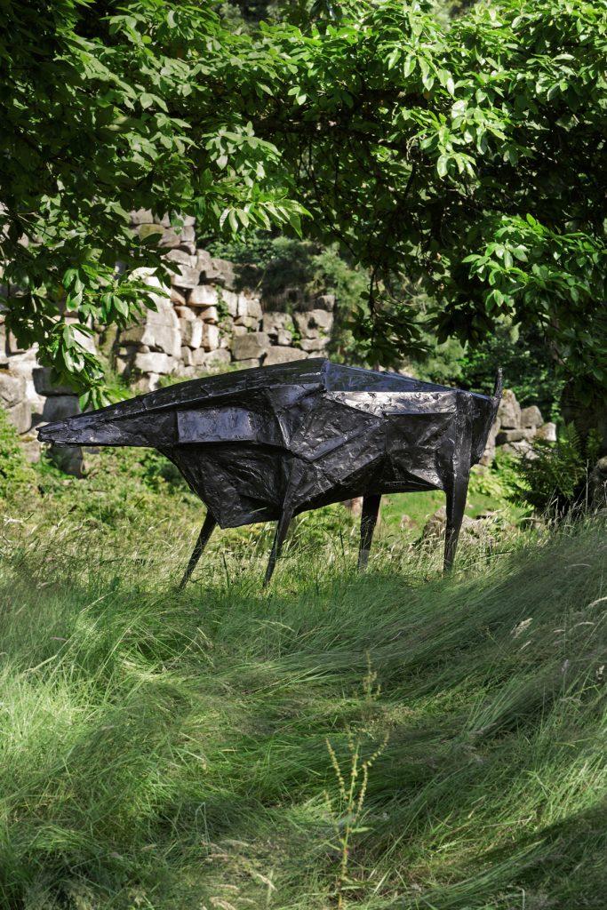 Black Beast, de Lynn Chadwick, 1960, bronce. Arriba, Lilas, de Zaha Hadid, 2007.