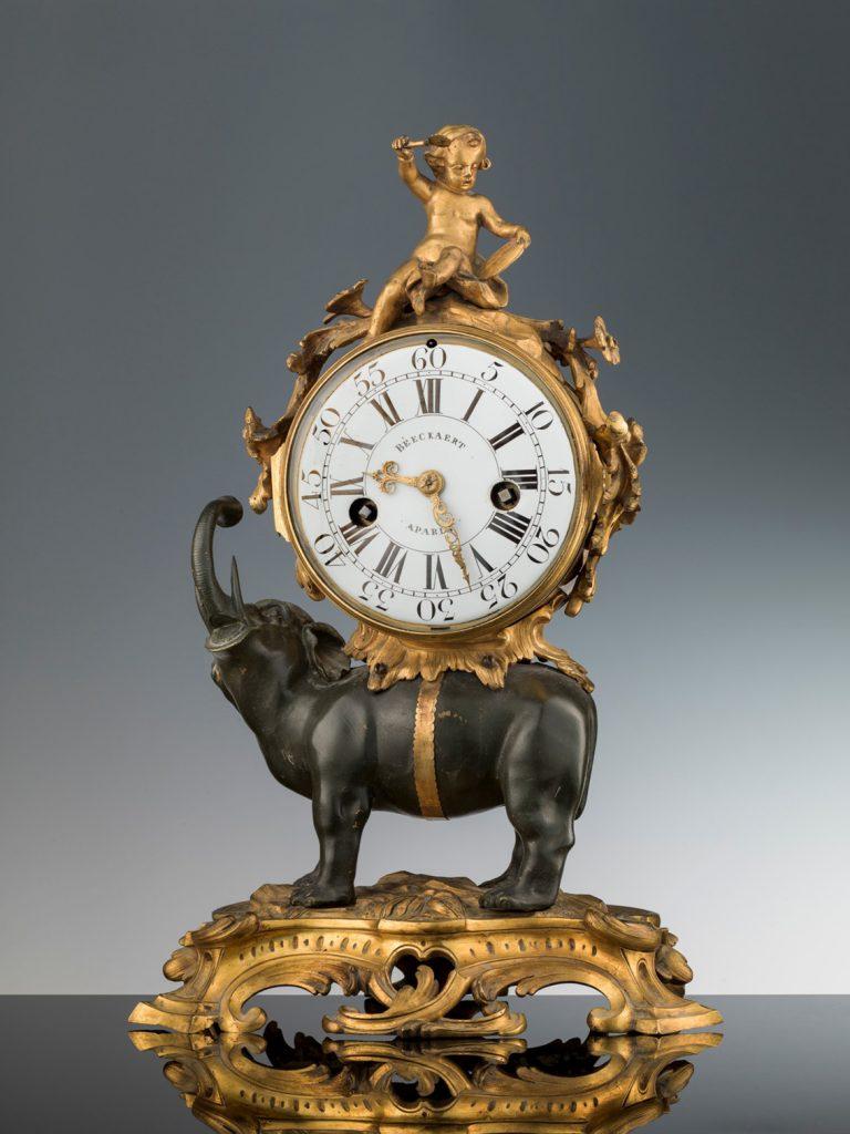 Reloj de chimenea de fabricación francesa. Autor del mecanismo mecanismo: Jean François Béeckaert, siglo XVIII, bronce dorado, latón, acero, 46,5 × 31 × 21 cm, Florencia, Galería de los Uffizi, Museo de la Moda y Vestuario.