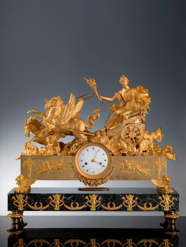 Reloj de sobremesa francés, h. 1810, cincelado y bronce dorado, 58 × 67 × 21 × 74 × 82 cm, Florencia, Galería de los Uffizi, la Galería Palatina y Apartamentos Reales, Salón de Hércules.