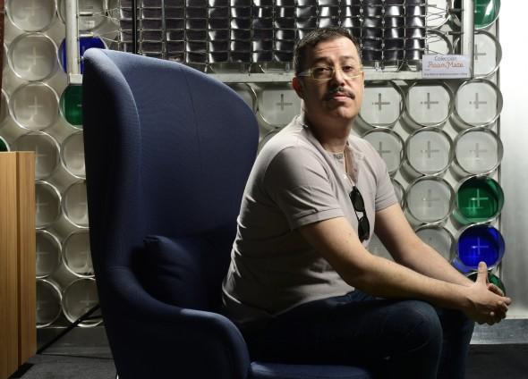 Guillermo Espinosa, comisario del proyecto MAPA de Estampa. Arriba, Sin título, de Pere Llobera, galería F2.