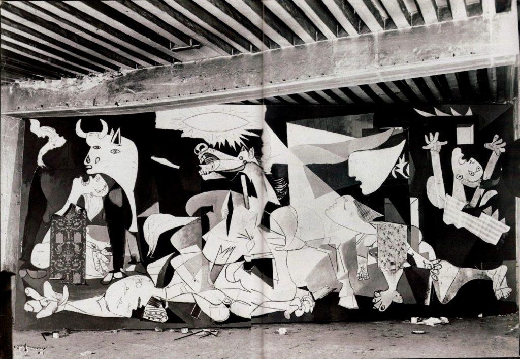 Fotografía del Guernica en el taller de París tomada por Dora Maar.