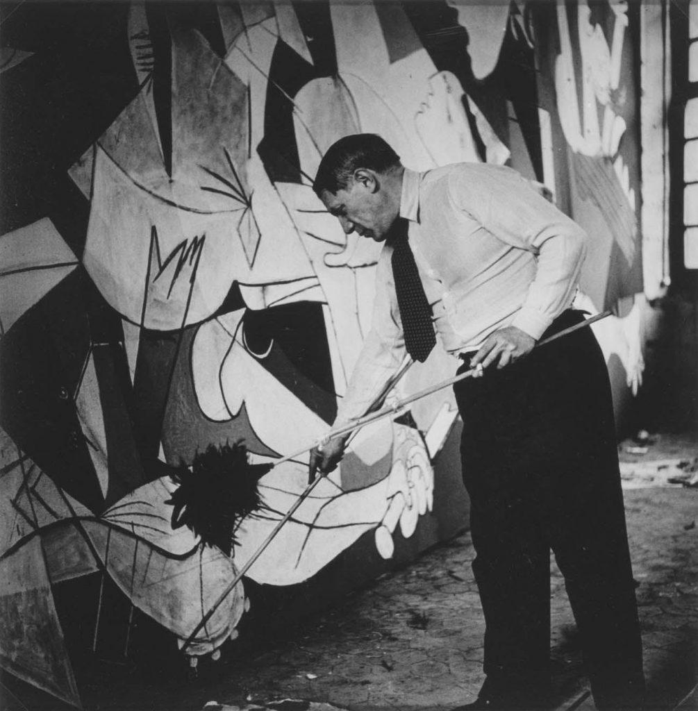 Fotografía de Dora Maar que muestra a Pablo Picasso trabajando en su estudio de París.