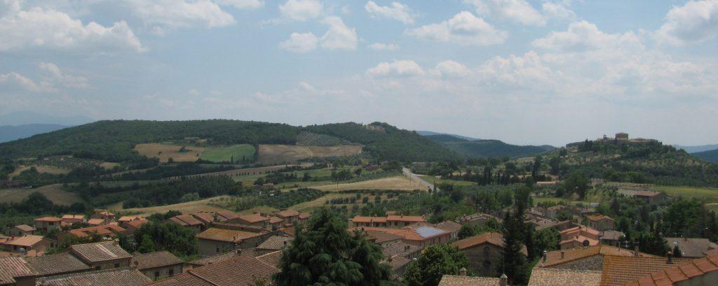 Colina de Poggio Civitate, cerca de Murlo. Arriba, recreación del palacio de este enclave etrusco.