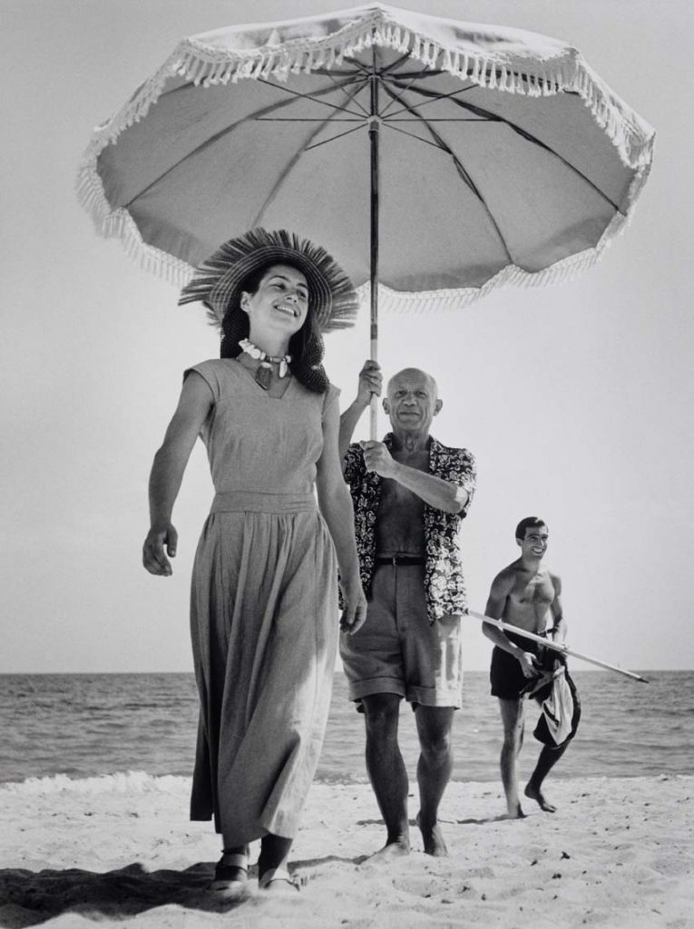 FRANCE. Golfe-Juan. agoso de 1948. Pablo Picasso y Françoise Gilot. In the background the painter's nephew Javier Vilato © Robert Capa © International Center of PhotographyMagnum Photo.
