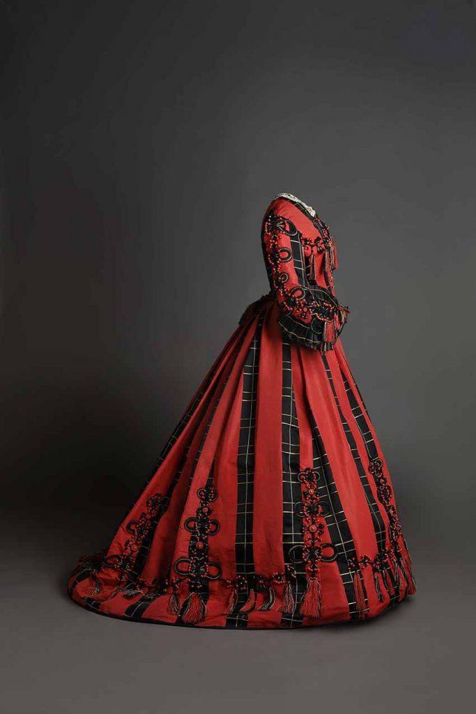 Traje en satén de color negro y coral con aplicación de pasamanería, 1865-68, Museo del Traje, Madrid.