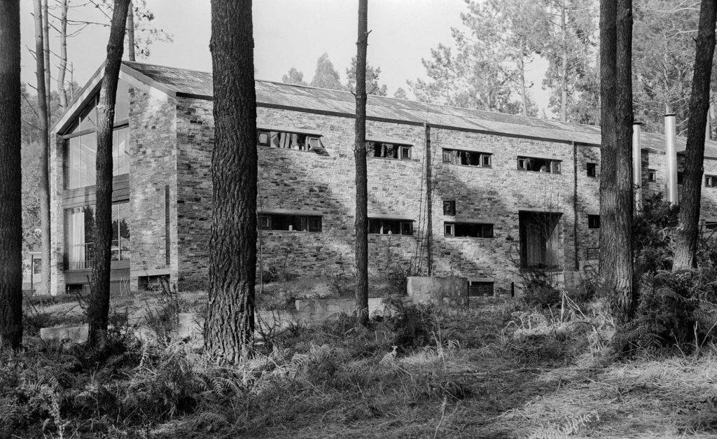Sobre estas líneas, vivienda unifamiliar en O Carballo, 1977-79 ® manuelgallegojorreto. Arriba, Manuel Gallego en el estudio, octubre de 2015. Foto: © Enrique Domínguez Uceta.