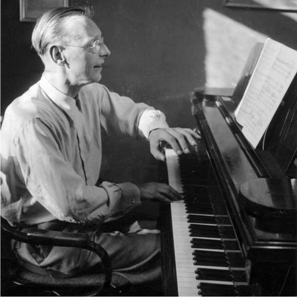 Carl Orff al piano componiendo Carmina burana