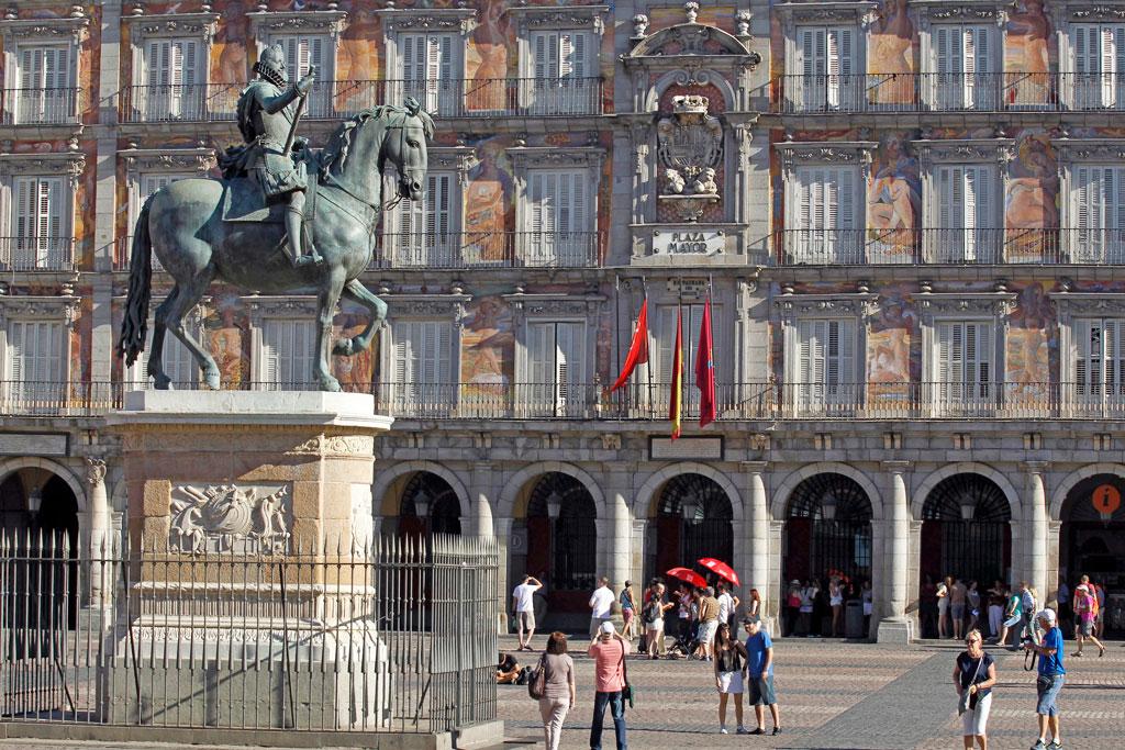 Estatua ecuestre del rey Felipe III en la Plaza Mayor de Madrid, en sus orígenes conocida como Plaza del Arrabal. Su construcción comenzó en 1561 por orden de Felipe II tras el traslado de la corte a Madrid y terminÛ en 1617 reinando Felipe III . EFE/ Paolo Aguilar