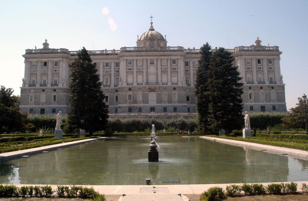 Fachada del Palacio Real y estanque de los Jardines de Sabatini. EFE/Jorge Z. Pascual
