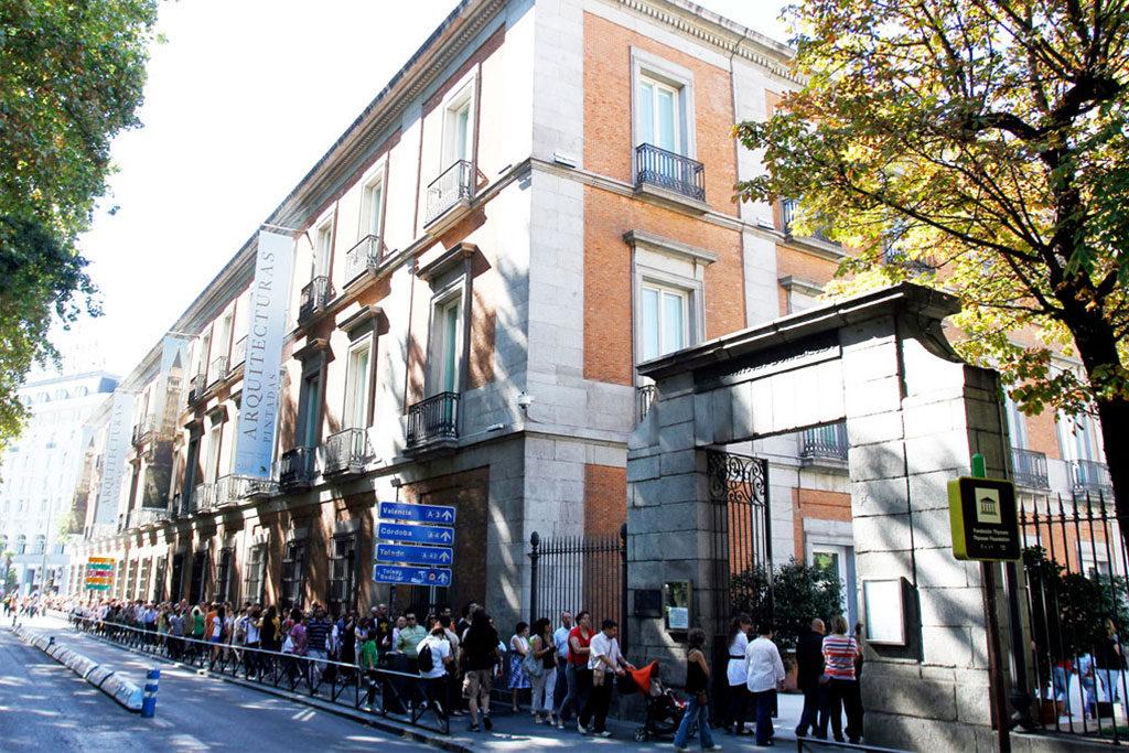 Cientos de personas esperan su turno para entrar en el Museo Thyssen en Madrid, ubicado en el Paseo del Prado, muy cerca del Museo del Prado. EFE/Víctor LerenaCientos de personas esperan su turno para entrar en el Museo Thyssen en Madrid, ubicado en el Paseo del Prado, muy cerca del Museo del Prado. EFE/Víctor Lerena