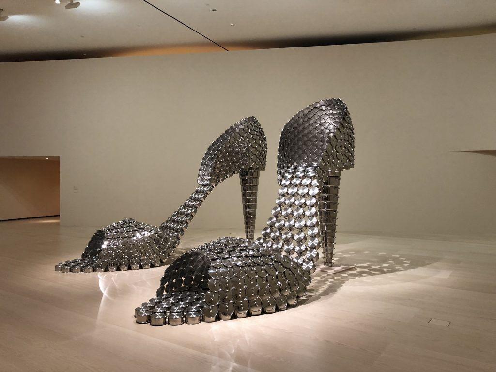 Marilyn (AP), 2011. Ollas y tapas de acero inoxidable y hormigón (2x) 297 x 155 x 410 cm. Colección de la artista. Foto: DMF, Lisboa. © Joana Vasconcelos, VEGAP, Bilbao, 2018.