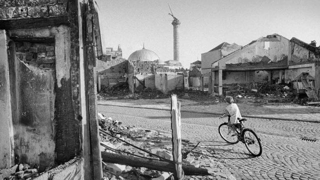 Una-niña-circula-entre-las-ruinas-de-una-ciudad.jpg