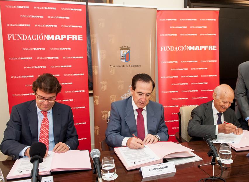 De izquierda a derecha, el alcalde de Salamanca, Alfonso Fernández Mañueco; el presidente de la Fundación Mapfre, Antonio Huertas, y el escultor Venancio Blanco.