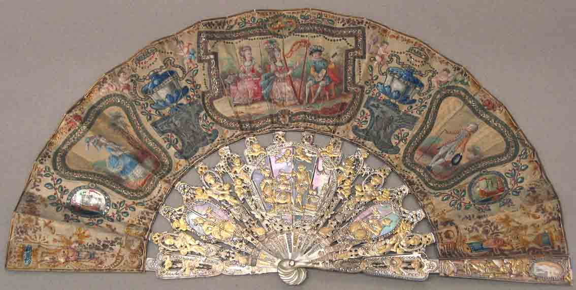 Abanico de boda, Francia, 1775-1800. País doble de seda pintado con guache. Varillaje de nácar y marfil tallado, con aplicación de láminas de metal, madreperla y  brillantes.