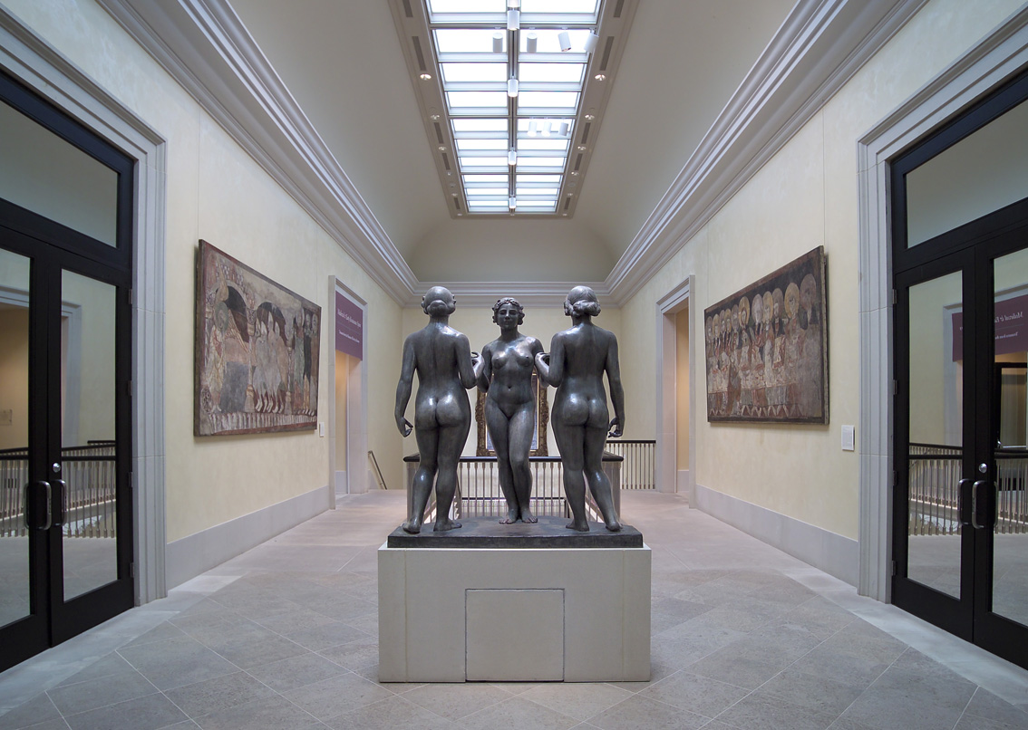 En el hall del museo destacan unas esculturas de Maillol.