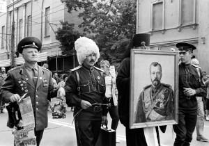 Manifestación en Moscú, tras el golpe de Estado fallido de 1991. Dos militares, un cosaco y un pope. Exposición en el Centro de Imagen La Virreina.